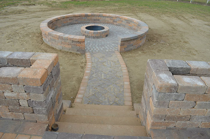 Hardscape-fire-pit-with-seating-wall